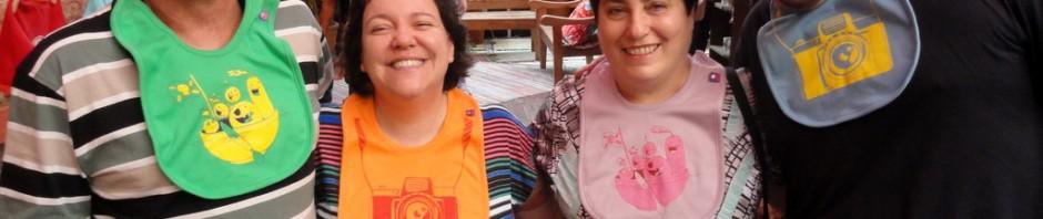 pais da mawá + eu e fer vestindo babadores ilustrados pelo weno!
